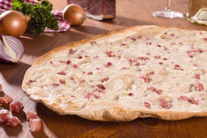 Flammkuchen Traditionell, Speck & Zwiebel, oval